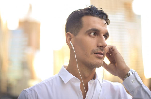 Geschäftsmann, der zu etwas mit kopfhörern hört Premium Fotos