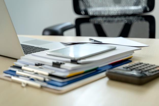 Geschäftsmann dokumentiert geschäftsberichtspapiere, joberfolge analysieren sie dokumentpläne Premium Fotos