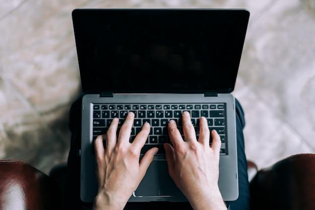 Geschäftsmann druckt einen brief auf dem laptop. Premium Fotos
