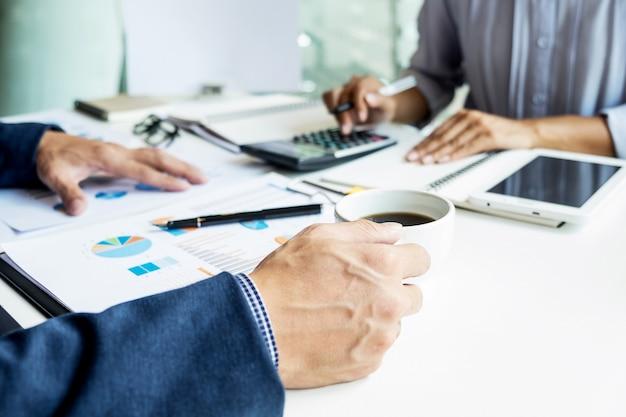 Geschäftsmann finanzinspektor und sekretär berichten, berechnen oder überprüfen gleichgewicht. internal revenue service inspektor prüfung dokument. prüfungskonzept Kostenlose Fotos