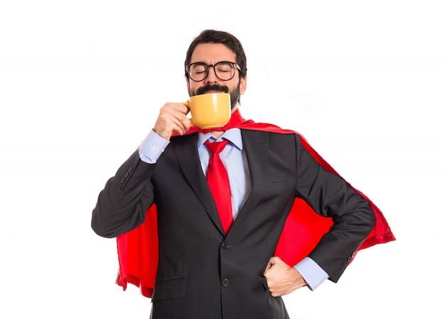 Geschäftsmann gekleidet wie superheld kaffee trinken Kostenlose Fotos
