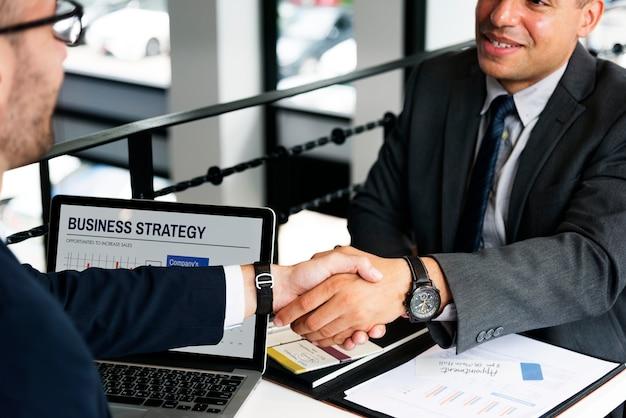 Geschäftsmann-händedruck-abkommen-vertrags-konzept Premium Fotos