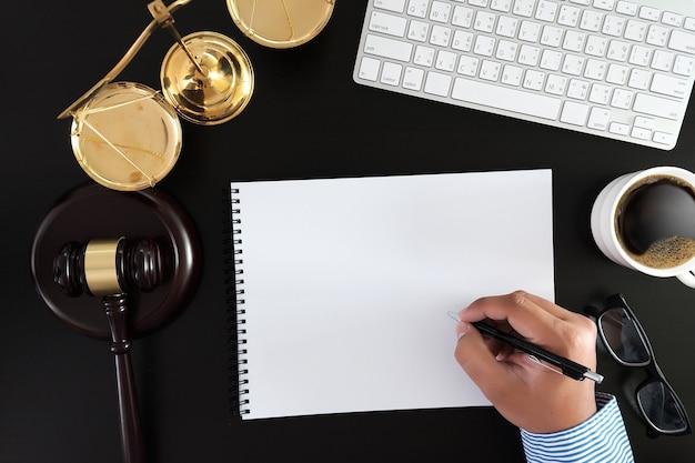 Geschäftsmann händeschütteln richterhammer mit justizanwälten Premium Fotos