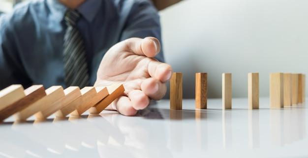 Geschäftsmann hand stop dominoes kontinuierlich gestürzt oder risk mit copyspace Kostenlose Fotos