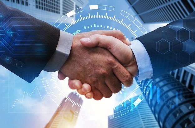 Geschäftsmann-handschlag mit globaler netzwerkverbindungsverbindung, grafikdiagramm der börse, grafikdiagramm und stadthintergrund, digitale technologie, internetkommunikation, teamarbeit, partnerschaftskonzept Premium Fotos