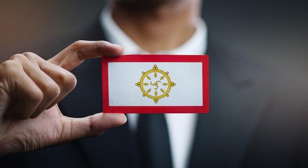 Geschäftsmann holding card von sikkim-flagge Premium Fotos