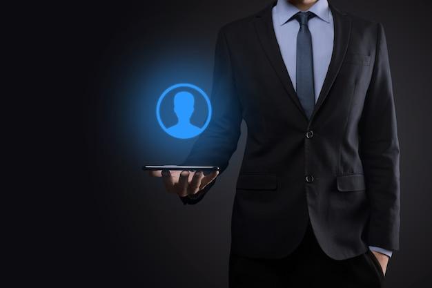 Geschäftsmann im anzug, der handsymbol des benutzers heraushält. internet icons schnittstelle Premium Fotos