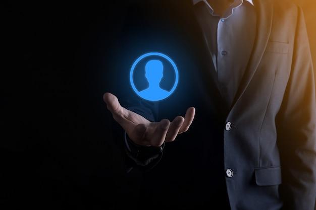 Geschäftsmann im anzug, der handsymbol des benutzers heraushält. vordergrund der internet-symbole. globales netzwerkmedienkonzept, kontakt auf virtuellen bildschirmen, kopierraum. Premium Fotos