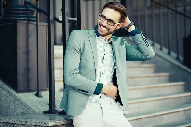 Geschäftsmann im blauen anzug auf der straße Kostenlose Fotos