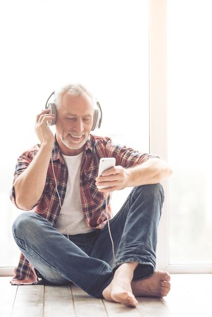 Geschäftsmann in den kopfhörern hört musik Premium Fotos