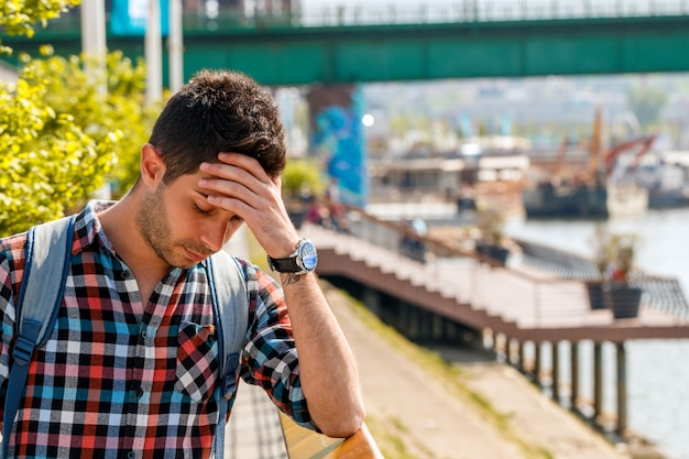 Geschäftsmann in depression mit den händen auf der stirn Premium Fotos