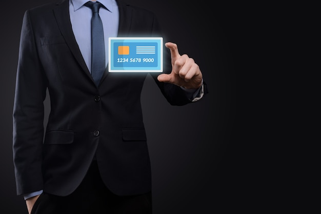 Geschäftsmann in der anzughand, die leere kreditkartenikone hält, die für konzeptbank- und finanzdienstleistung zeigt Premium Fotos