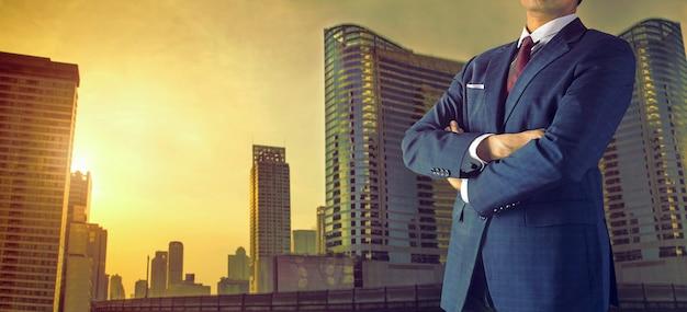 Geschäftsmann in der großstadt Premium Fotos