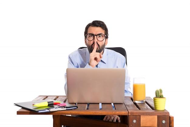 Geschäftsmann in seinem büro macht stille geste Kostenlose Fotos