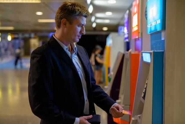 Geschäftsmann innerhalb der u-bahnstation Premium Fotos