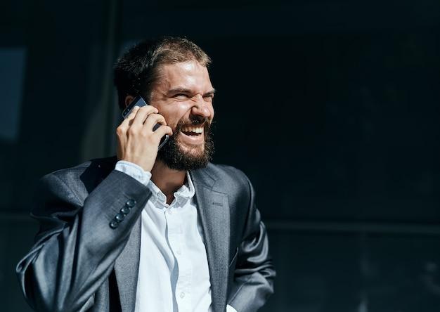 Geschäftsmann kommuniziert am telefon im freien emotionen executive manager lebensstil Premium Fotos