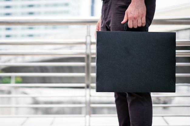 Geschäftsmann mit aktenkoffer in der hand Premium Fotos