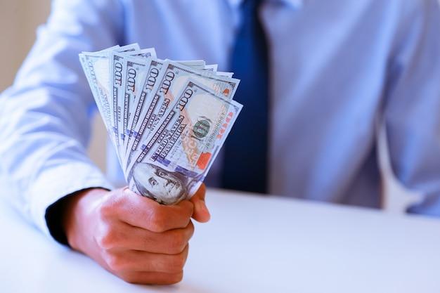 Geschäftsmann mit bargelddollar Premium Fotos