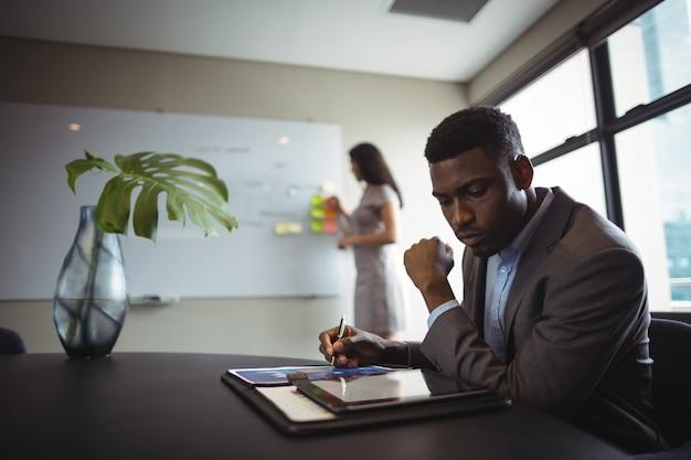 Geschäftsmann mit digitalem tablet Kostenlose Fotos