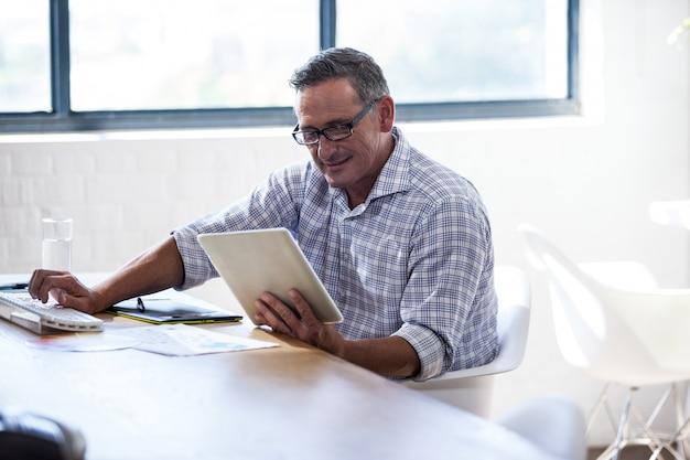 Geschäftsmann mit einem tablet-computer Premium Fotos