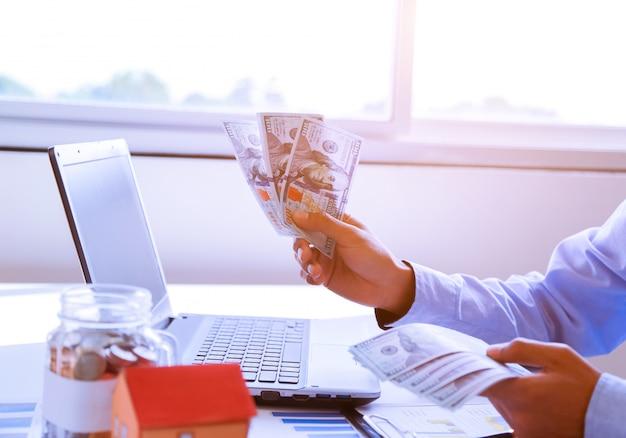 Geschäftsmann mit geld in der hand, us-dollar. Premium Fotos