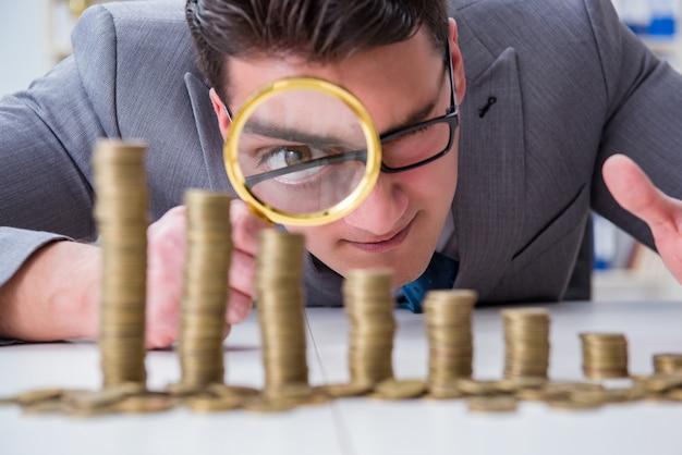 Geschäftsmann mit goldenen münzen Premium Fotos