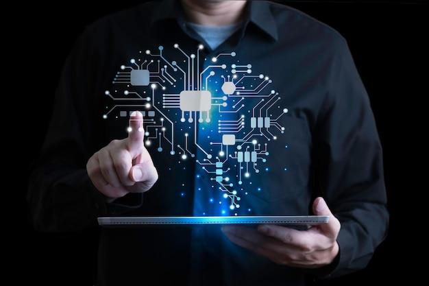 Geschäftsmann mit holographischer schnittstelle des menschlichen gehirns mit digitaler tablette Premium Fotos