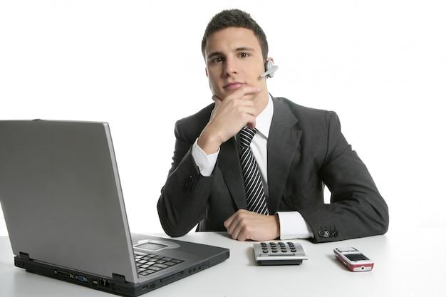 Geschäftsmann mit kopfhörern und laptop Premium Fotos