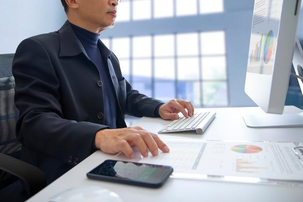 Geschäftsmann mit laptop Premium Fotos