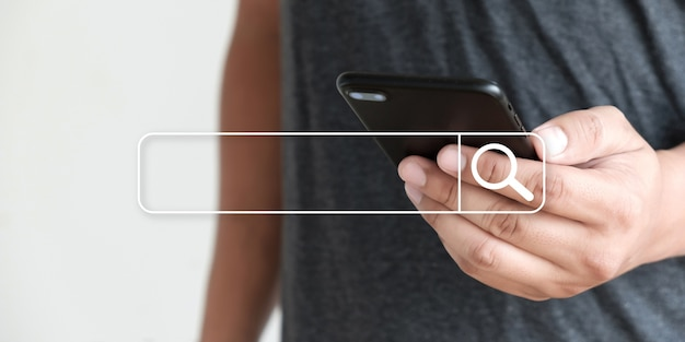 Geschäftsmann mit suchen browsing internet internet der dinge (iot) Premium Fotos