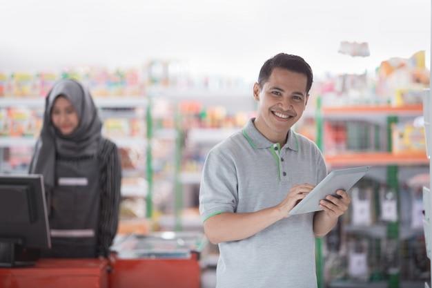 Geschäftsmann mit tablette Premium Fotos