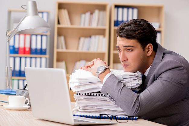 Geschäftsmann müde im büro sitzen Premium Fotos