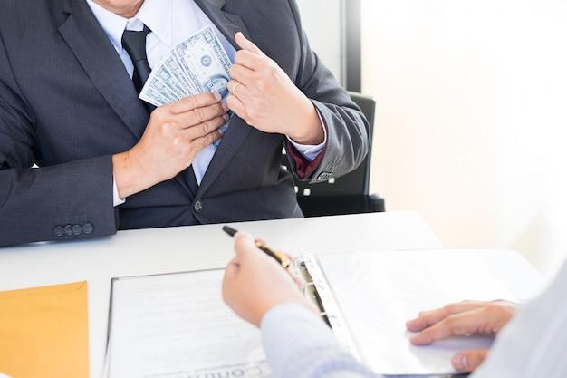 Geschäftsmann oder politiker, die bestechungsgeld nehmen und hände mit geld in einer klage, korruption rütteln Premium Fotos