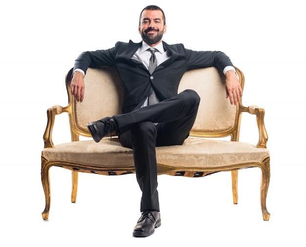 Geschäftsmann sitzt auf sessel Kostenlose Fotos