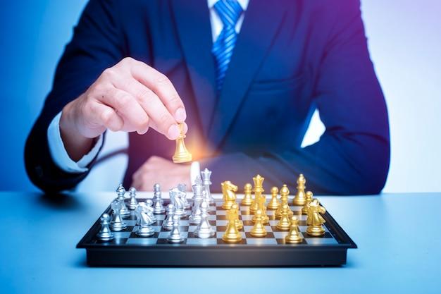 Geschäftsmann spielt schach, geschäftsführungsstrategiekonzept Premium Fotos