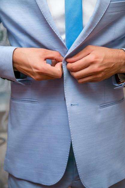 Geschäftsmann trägt eine blaue jacke. grooms morgenvorbereitung. Premium Fotos