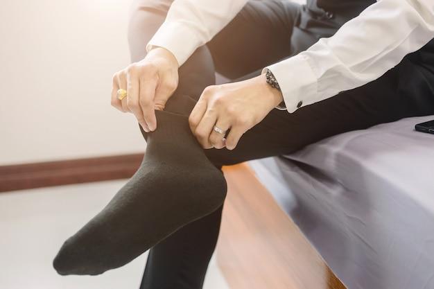 Geschäftsmann trägt schuhe. um sich auf die arbeit oder die besprechung vorzubereiten Premium Fotos