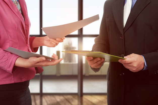 Geschäftsmann- und frauenhand, die klemmbrett und papier hält Premium Fotos