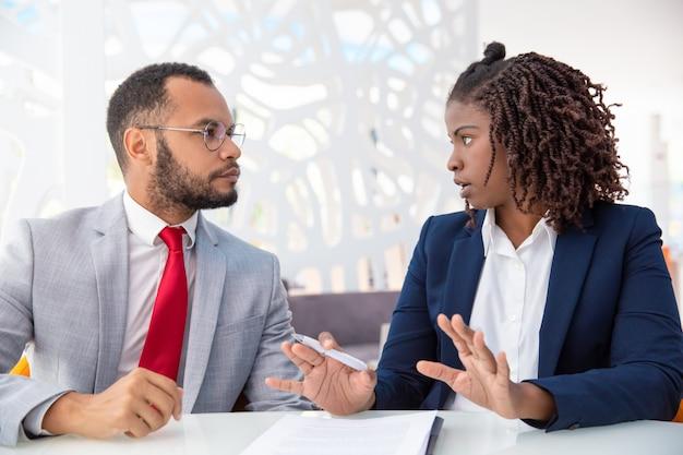 Geschäftsmann und geschäftsfrau, die vertrag besprechen Kostenlose Fotos
