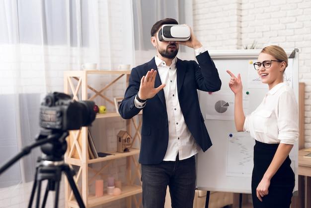 Geschäftsmann und geschäftsfrau, die vr-virtuelle realität verwendet. Premium Fotos
