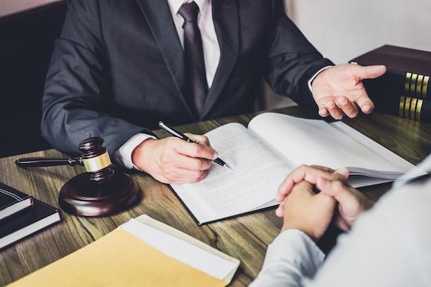 Geschäftsmann und männlicher rechtsanwalt oder richter konsultieren, teambesprechung mit klienten habend Premium Fotos