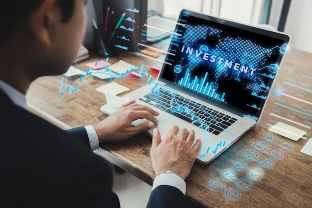 Geschäftsmann unter verwendung der laptop-computers mit futuristischer digitaler digitaler finanzdatenanzeige Premium Fotos