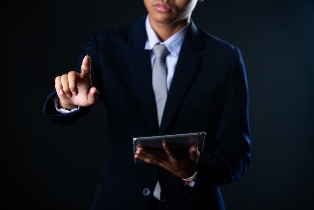 Geschäftsmann unter verwendung der tablette, die verkaufsdaten und wirtschaftswachstumsdiagrammdiagramm, technologie analysiert Kostenlose Fotos