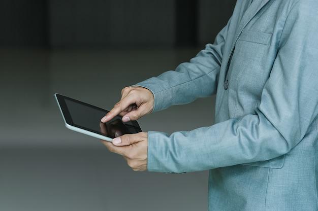 Geschäftsmann unter verwendung der technologie mit tablette, kundendienst-geschäfts-technologie-internet-konzept des technischen supports. Premium Fotos