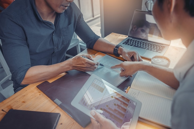 Geschäftsmann unter verwendung des handzeichens während erklären geschäftsleistung und diskussion in der sitzung Premium Fotos