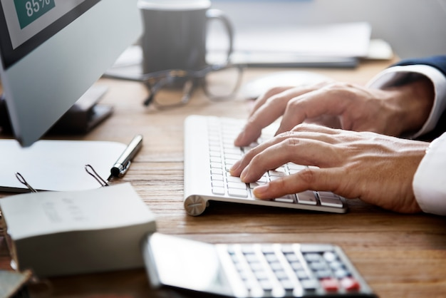 Geschäftsmann working using computer information concept Premium Fotos
