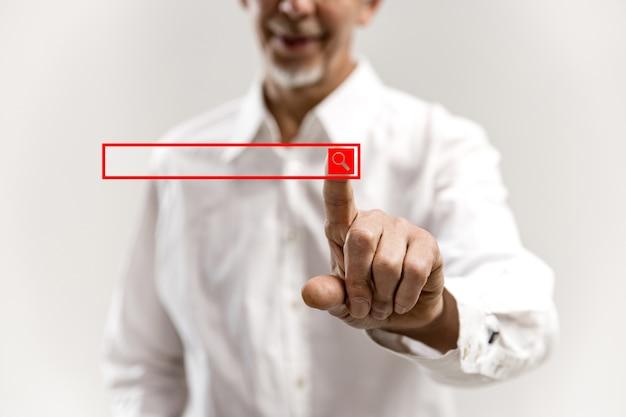 Geschäftsmannfinger, der leere suchleiste, modernes geschäftskonzept berührt Kostenlose Fotos