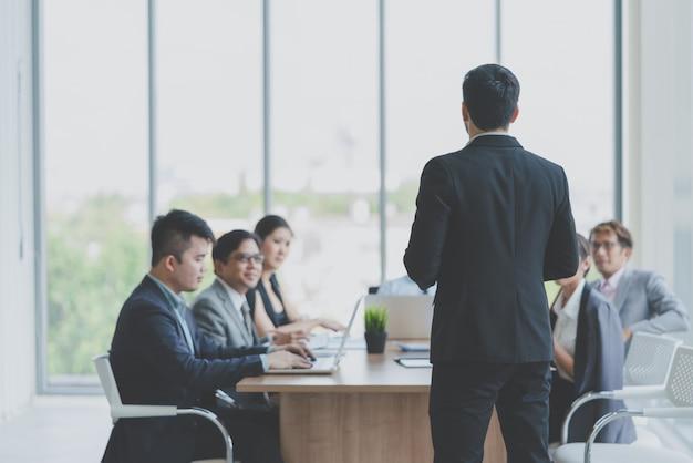 Geschäftsmannführer, der sich darstellt, um beim treffen mit kollegen im büro zu arbeiten geschäft team meeting presentation, konferenz-planungs-geschäfts-konzept Premium Fotos