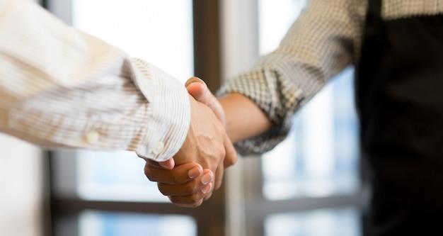 Geschäftsmannhändedruck mit partner für erfolgreiches Premium Fotos