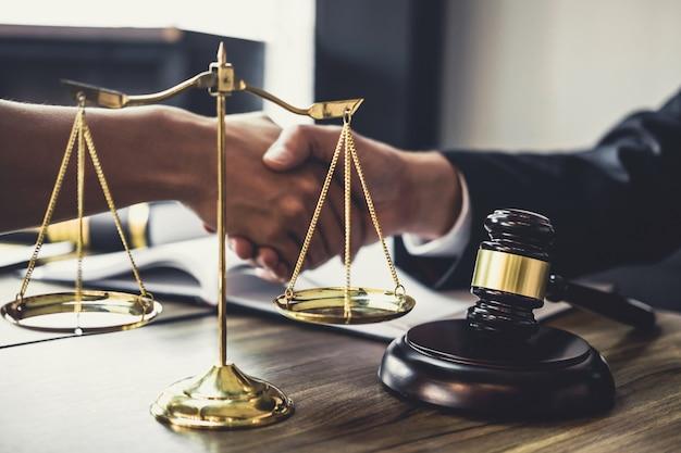 Geschäftsmannhändedruck mit rechtsanwalt, nachdem viel des vertrages besprochen worden ist Premium Fotos